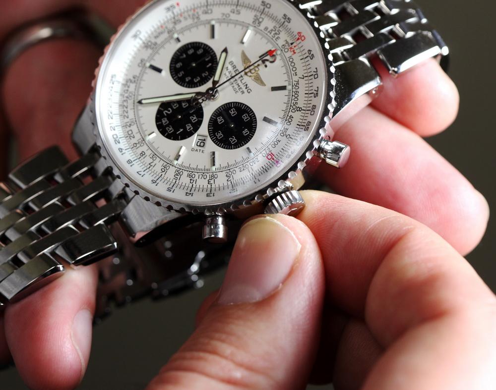 Vặn núm để chỉnh giờ đồng hồ cơ một cách nhanh chuẩn