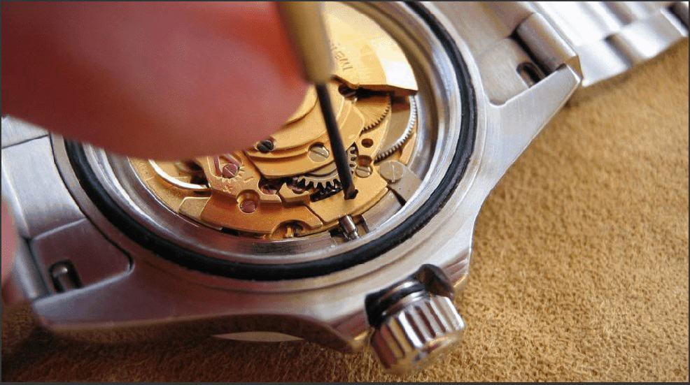 Chỉ cần bấm nút là có thể tháo được núm đồng hồ