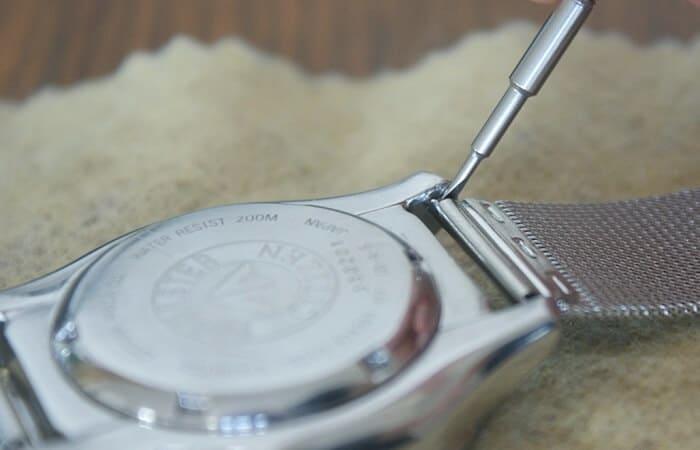 cách tháo dây kim loại đồng hồ đeo tay