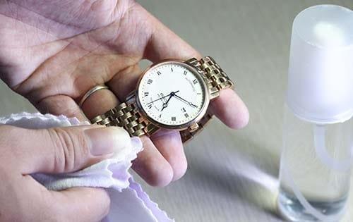 thay pin cho đồng hồ đeo tay đơn giản tại nhà