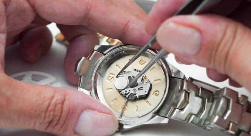 cẩn thận tháo pin đồng hồ cho đúng cách