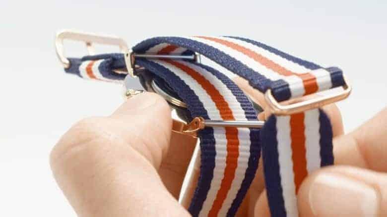 hướng dẫn bạn cách đeo đồng hồ dw dây vải
