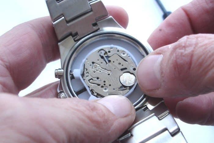 cách bạn thay pin đơn giản cho đồng hồ đeo tay