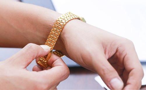 chỉ cắt mắt dây đồng hồ khi bạn đeo bị rộng hơn so với cổ tay