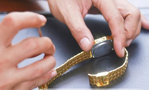 mẹo giúp bạn cắt mắt dây kim loại của đồng hồ nhanh