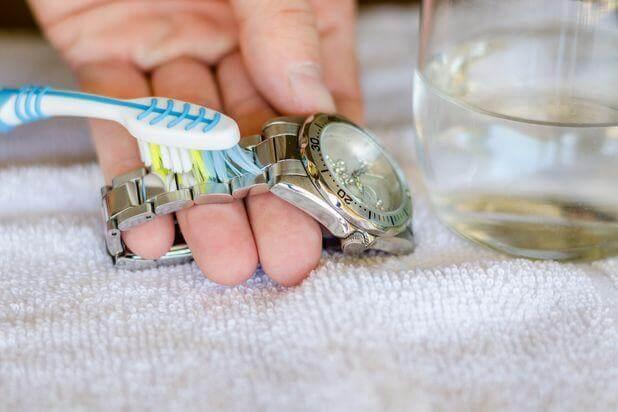 cách làm sạch rỉ sét trên đồng hồ dây kim loại