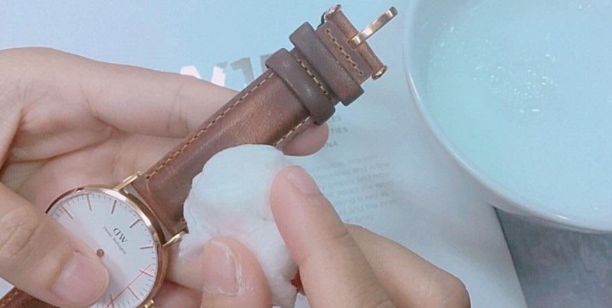 cách vệ sinh dây đồng hồ bằng da